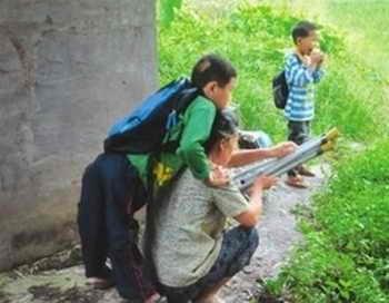 Янь забирается на спину бабушке, чтобы пересечь поле. Фото: Weibo.com