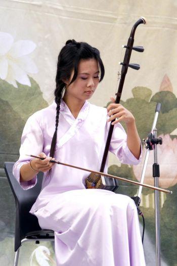 Эрху: Звук создаёт волос смычка, касаясь 2-х струн. Фото: Renjiun Wang/The Epoch Times