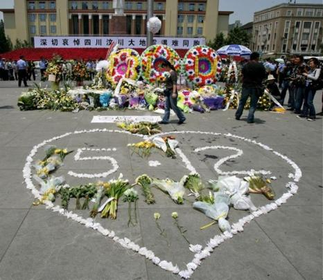 Венки в память о жертвах разрушительного землетрясения 12 мая. Площадь Тяньфу в городе Чэнду, столице провинции Сычуань, 19 мая 2008 года. Фото: China Photos/Getty Images