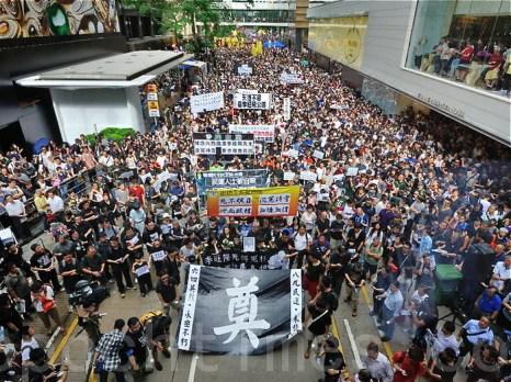 Около 25 000 человек приняли участие в акции протеста, в связи с загадочной смертью китайского диссидента Ли Ваняна, Гонконг, 10 июня. Фото: Сун Сянлун/Великая Эпоха