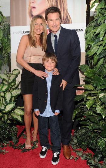 Актриса Дженнифер Энистон и актеры Джейсон Бейтман и Томас Робинсон на премьере фильма «Больше, чем друг» в Лос-Анджелесе, Калифорния. Фото: Alberto E. Rodriguez/Getty Images