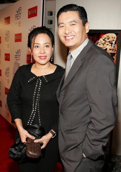 Фоторепортаж. Актер Юнь-Фат Чоу с супругой Жасмин Чоу на премьере фильма «Проклятье золотого цветка» в Голливуде, Калифорния. Фото: Frazer Harrison/Getty Images
