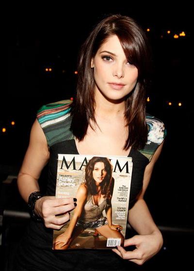 Эшли Грин. Актриса Эшли Грин держит в руках декабрьский номер журнала Maxim с Эшли Грин на обложке. Фото: Joe Kohen/Getty Images for Maxim