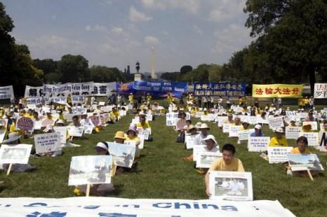 21 июля 2010 г. на западной лужайке Капитолийского холма в Вашингтоне последователи Фалуньгун проводят митинг в знак протеста против преследования. Фото: Великая Эпоха (The Epoch Times)
