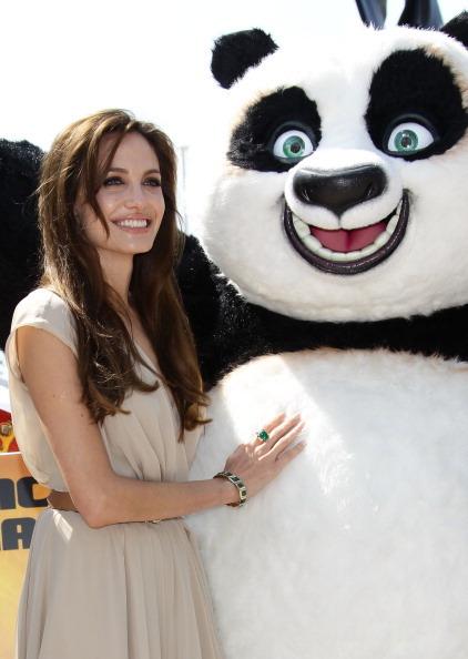 Анджелина Джоли   с  главным героем пандой Бао из фильма «Кун-фу Панда 2». Фото: Vittorio Zunino Celotto/Getty Images