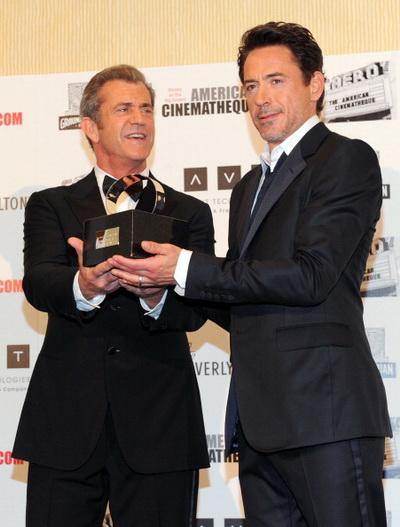 Роберт Дауни мл. и актер Мэл Гибсон на чествовании Роберта Дауни мл. 14 октября 2011 года. Фото: Alberto E. Rodriguez/Getty Images