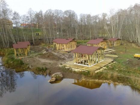 Кроличье королевство. Идёт постройка домиков кемпинга. Фото предоставлено: trusukaraliste.lv