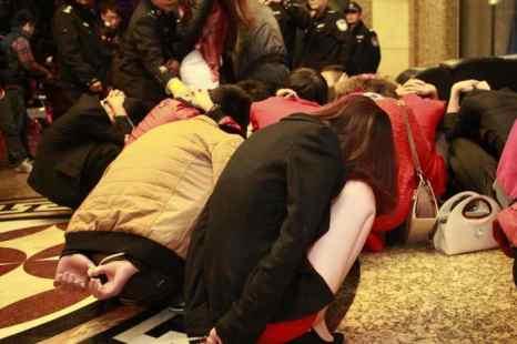 Полицейские окружили проституток и их клиентов в центре развлечений в южно-китайском городе Дунгуане 9 февраля 2014 г. Полицейские рейды были организованы после того, как центральное телевидение Китая  (CCTV) показало передачу, где рассказывалось, что в десятках отелей Дунгуаня предлагают секс-услуги. Фото: STR/AFP/Getty Images