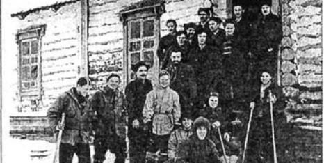 Туристическая группа Дятлова с провожающими в посёлке Вижай. Один из последних снимков с плёнки погибших туристов. Фото: nashural.ru