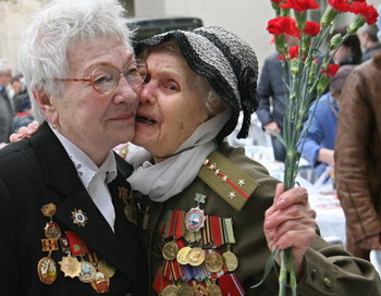 Женщины ветераны. Фото: YURI KADOBNOV/AFP/Getty Images