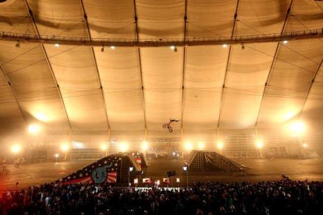 Команда байкеров Nitro Circus установила мировой рекорд Гиннеса. Фото: Clive Rose/Getty Images for Universal Pictures