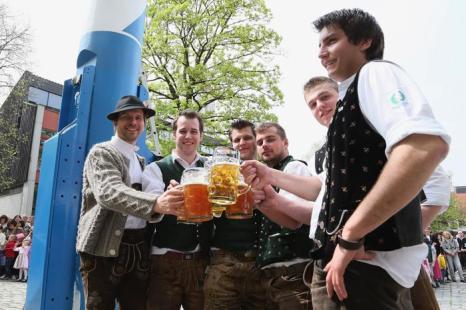 Традиционные майские гуляние прошли в Баварии. Фото:  Dominik Bindl/Getty Images