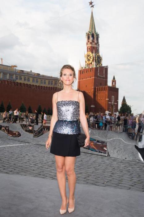 Ксения Собчак посетила закрытый показ Christian Dior на Красной площади в Москве 9 июля 2013 года. Фото: Victor Boyko/GettyImages for Dior