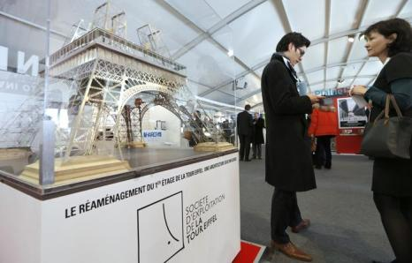 Масштабная модель Эйфелевой башни на инвестиционной выставке MIPIM-2013. Фото:  VALERY HACHE/AFP/Getty Images