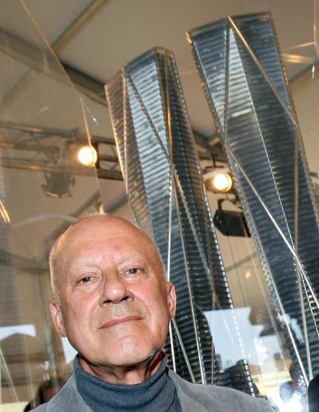 Британский архитектор Норман Фостер представляет свой проект будущей Башни Эрмитажа в деловом районе Парижа la Defense на инвестиционной выставке MIPIM-2013. Фото:  VALERY HACHE/AFP/Getty Images
