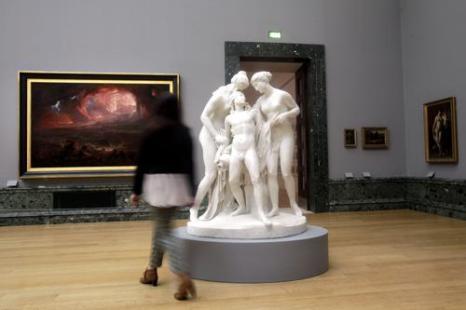 Картина Джона Мартина «Разрушение Помпеи и Геркуланума» 1822 года и скульптура Джона Гибсона на выставке национальной коллекции британского искусства в Тейте в Лондоне. Фото: Warrick Page/Getty Images