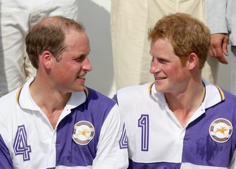 Принц Уильям сыграл в благотворительном матче по поло со своим младшим братом, принцем Гарри 14 июля 2013 года, в то время как его супруга герцогиня Кэтрин на днях должна родить наследника британского престола. Фото: Chris Jackson/Getty Images