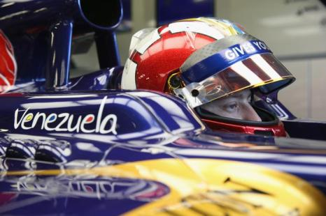 Венесуэльский пилот Джонни Чекотто за рулём болида Torro Rosso на молодёжных тестах Формулы-1 в Сильверстоуне 17 июля 2013 года. Фото: Mark Thompson/Getty Images