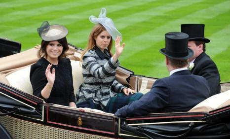 Принцессы Евгения и Беатрис прибыли на скачки Royal Ascot. Фото: Eamonn M. McCormack/Getty Images