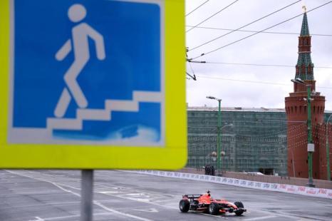Макс Чилтон из команды Marussia на авто-мотошоу Moscow City Racing в Москве 21 июля 2013 года. Фото: KIRILL KUDRYAVTSEV/AFP/Getty Images