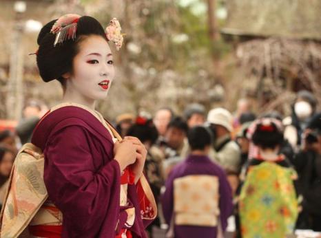Японские гейши устроили чайную церемонию на фестивале цветения сливы. Фото: Buddhika Weerasinghe/Getty Images