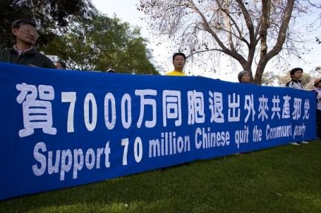 Поддерживаем 70 000 000 китайцев вышедших из компартии. Фото: Ji Yuan/The Epoch Times