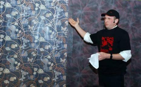 Мастер-класс Андрея Ширшова, генерального директора компании Odesign, по поклейке обоев. Фото: Юлия Цигун/Великая Эпоха