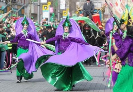 Красочно одетые люди принимают участие в Параде в День Святого Патрика 2012 г. года в Дублине. Будущий парад 2013 года предлагает уникальную возможность для 8000 гостей пройти впереди основной процессии, затем возвратиться, чтобы посмотреть парад с зарезервированных мест. Фото предоставлено: Tourism Ireland