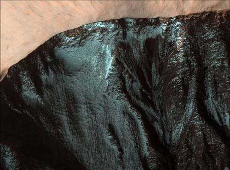 Марс. Овраги и дугообразные валы. Фото: NASA/JPL/University of Arizona