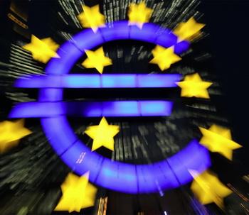 Стоя перед европейским Центральным банком (ЕЦБ) во Франкфурте, можно видеть эмблему европейской валюты - евро. Из-за недавних снижений рейтингов Еврозона работает над созданием своего собственного независимого агентства по оценкам кредитоспособности. Фото: Daniel Roland/AFP/Getty Images