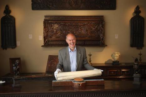 Павел Бидхэм держит судебные документы, начиная с 1711 года, в преддверии выставки изобразительного искусства и антиквариата 2013. Фото: Dan Kitwood/Getty Images
