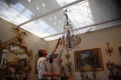 люстра галереи Mayfair в преддверии выставки изобразительного искусства и антиквариата 2013. Фото: Dan Kitwood/Getty Images