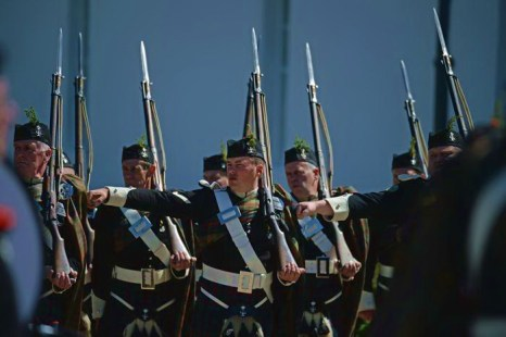 Горцы Атолла выступили на параде 25 мая 2013 года. Фото: Jeff J Mitchell/Getty Images