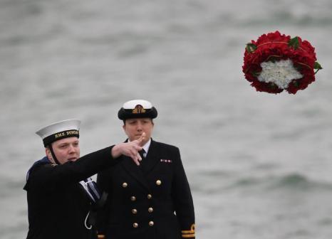 В память о крушении судна моряки бросили венок в море. Фото: Peter Macdiarmid/Getty Images
