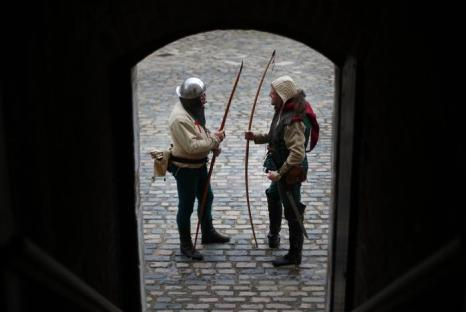Лучники выпустили огненные стрелы на церемонии открытия музея. Фото: Peter Macdiarmid/Getty Images