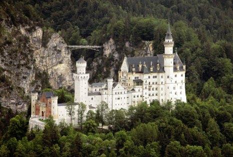 Замок Нойшванштайн («Новый лебединый камень») — романтический замок баварского короля Людвига II около городка Фюссен и замка Хоэншвангау в юго-западной Баварии, недалеко от австрийской границы. Германия. Фото: JOERG KOCH/AFP/Getty Images