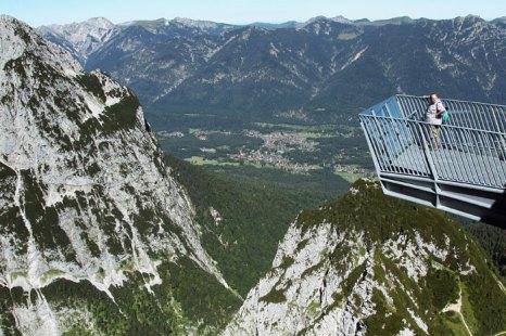 Смотровая площадка на Гармиш-Партенкирхен, крупнейшем и самым известном горнолыжном курорте Германии, расположен в северной части Восточных Альп, недалеко от самой высокой вершины Германии – Цугшпитце (2 966 м) на высоте 940 м над уровнем моря. Фото: Johannes Simon/Getty Images