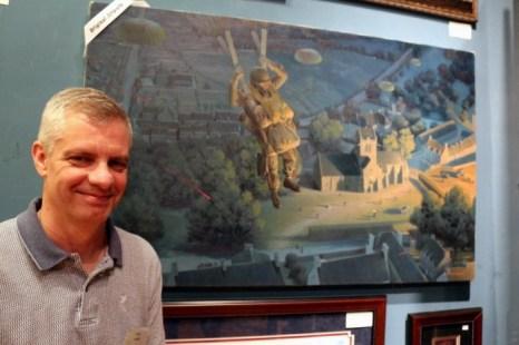 Художник Ларри Селмен со своей картиной американского парашютиста, спустившегося на парашюте в Нормандии близ деревни St. Mer Eglise в 1944г. Фото: Myriam Moran copyright 2013