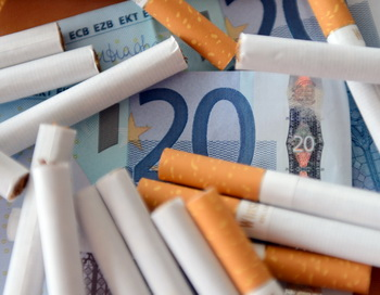 Курящие родители экономят на собственных детях. Фото: DENIS CHARLET/AFP/Getty Images