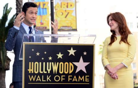 Актёр Джозеф Гордон-Левитт прибыл поздравить Джулиану Мур на церемонию закладки её звезды на голливудской «Аллее славы» 3 октября 2013 года. Фото: FREDERIC J. BROWN/AFP/Getty Images