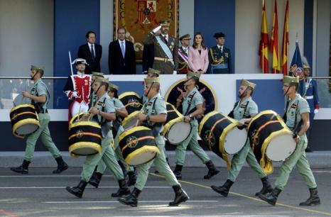 Принц Филипе с супругой, принцессой Летицией, 12 октября 2013 года на военном параде в Мадриде по случаю празднования Национального дня Испании. Фото: Eduardo Parra/Getty Images