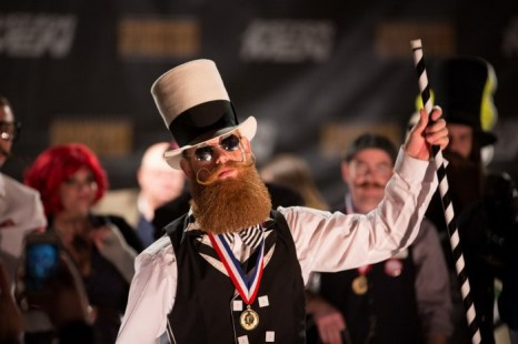 Джеффри Беард демонстрирует свою медаль с конкурса. Фото: Ian Smythe