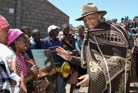 Принц Лесото Сиисо прибыл на открытие новой школы, основанной фондом принцев Гарри и Сиисо, прошло в южноафриканском государстве Лесото 14 октября 2013 года. Фото: Chris Jackson/Getty Images