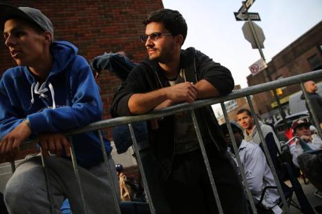 Очередь в 500 человек выстроилась около Районного совета плотников Нью-Йорка за день до его открытия, чтобы 19 августа 2013 года быть первыми и поступить на строительную работу в Манхеттене. Фото: Spencer Platt/Getty Images