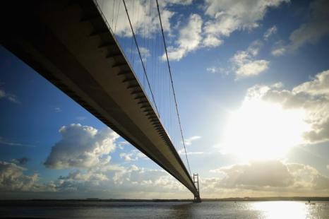 Мост Хамбер, один из самых длинных в стране, в английском городе Халл, ставшим Городом культуры Великобритании 2017. 21 ноября 2013 года. Фото: Christopher Furlong/Getty Images