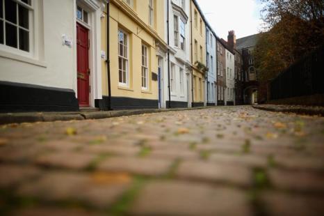 Улицы в старом городе Халл, который стал культурным центром Великобритании 2017, выложены брусчаткой. Фото: Christopher Furlong/Getty Images