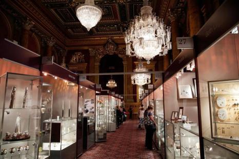 Общий вид выставки украшений и других изделий из драгоценных металлов Goldsmiths' Fair 23 сентября 2013 года в Лондоне. Фото: Matthew Lloyd/Getty Images