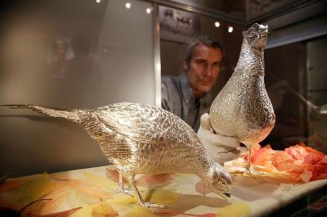 Тимоти Лукес представил пару серебряных фазанов в натуральную величину на выставке украшений и других изделий из драгоценных металлов Goldsmiths' Fair 23 сентября 2013 года в Лондоне. Фото: Matthew Lloyd/Getty Images