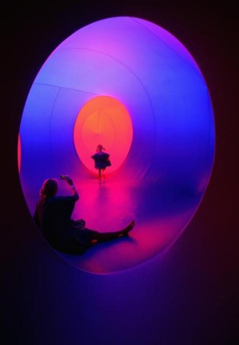 Цветовой лабиринт из взаимосвязи надувных палат Colourscape открылся в рамках музыкального фестиваля в английском Бате, в 160 км от Лондона 24 августа 2013 года. Фото: Matt Cardy/Getty Images