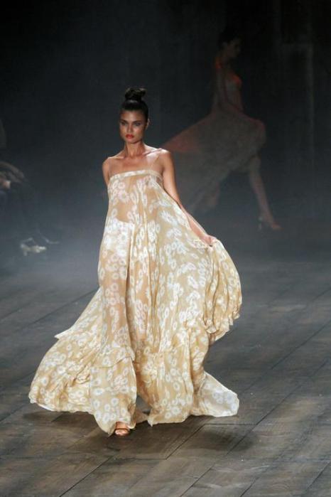 Коллекции моды «Лето-2013» на неделе  моды в Сан-Паулу.  Часть 1.  Фоторепортаж.  Фото: NELSON ALMEIDA/AFP/GettyImages